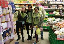 Volontari all'opera nella giornata della Colletta dell'anno scorso