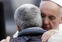 L'abbraccio di Francesco a un bisognoso nella Giornata per i Poveri 2017