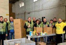 Volontari, tra i quali il sindaco Medri e il parroco don Pierre Laurent Cabantous, all'opera