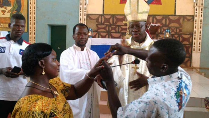Monsignor Justin Kientega mentre sposa 56 coppie a Tikaré