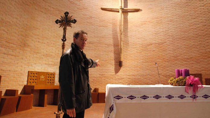 Don Paolo mostra i nuovi arredi