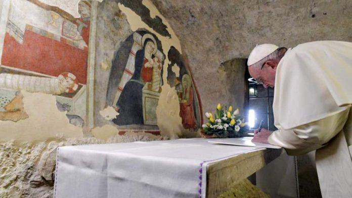 Il papa firma la lettera apostolica sul presepe nella grotta di Greccio