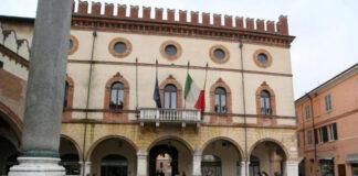 Bandiere a mezz'asta su Palazzo Merlato