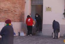 La distribuzione pacchi viveri al centro d'ascolto, in emergenza sanitaria, si fa fuori, per evitare assembramenti all'interno
